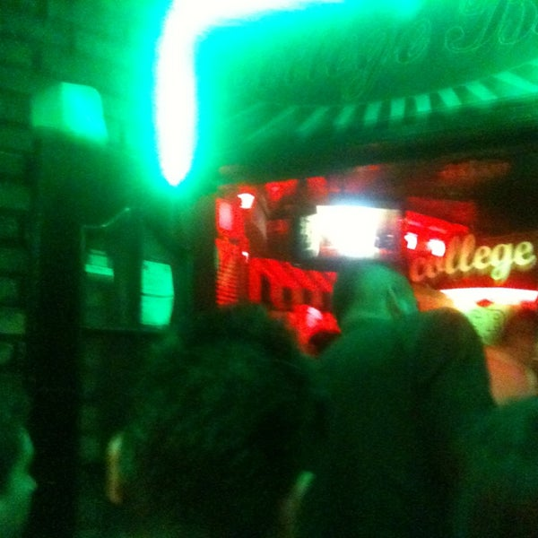 Foto diambil di College Bar oleh Emenes pada 6/25/2013