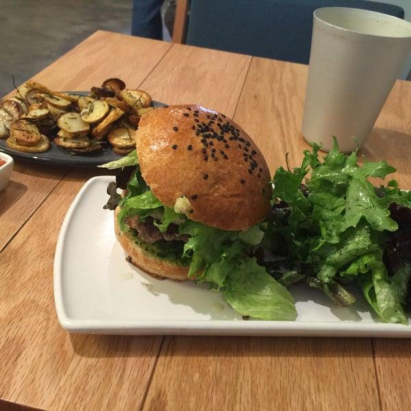 Buen sitio, pequeño en espacio pero no en carta. Probé su hamburguesa, una grata sorpresa, se acompaña con una ensalada, pedí papas fritas en olivo y palmillo, su agua del día fruta natural, buen café