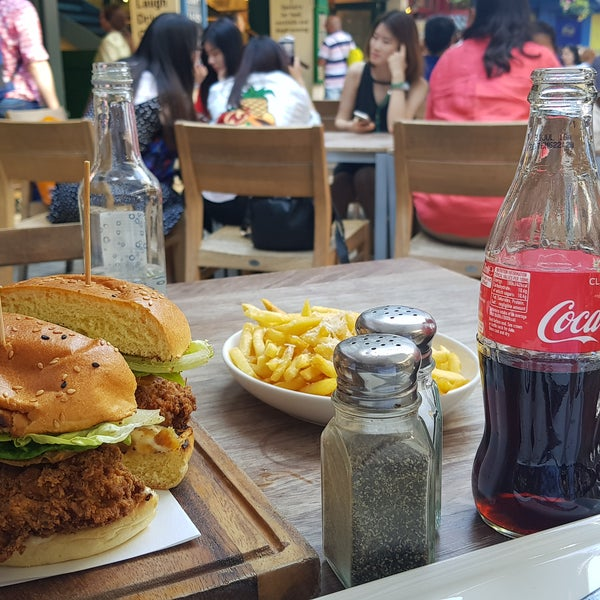 Nice area, the crispy chicken burger and Parmesan & Truffle fries are highly recommended.