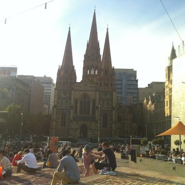 รูปภาพถ่ายที่ Federation Square โดย Lauren เมื่อ 4/5/2013