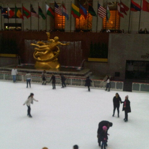 Das Foto wurde bei The Rink at Rockefeller Center von ቢያቢ ቢ. am 2/26/2013 aufgenommen