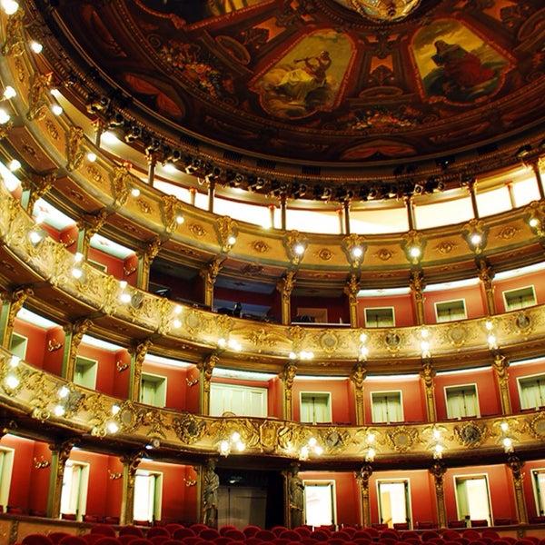 Una construcción impecable. La iluminación define de forma increíble, todos los elementos y detalles arquitectónicos que tiene este Magestuoso teatro.