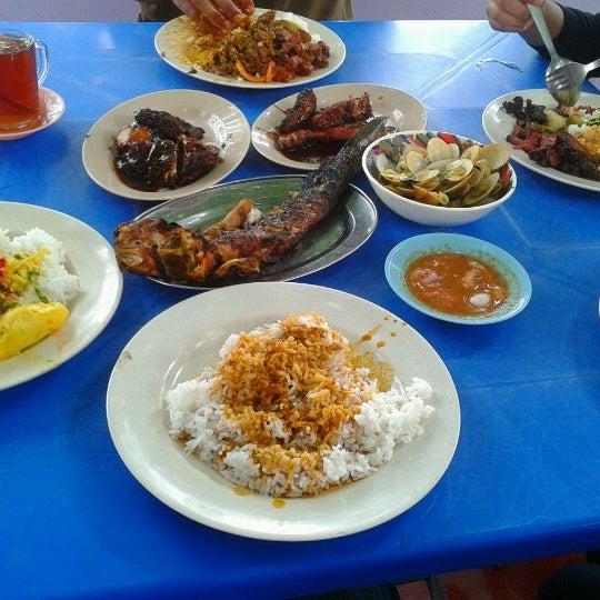 Photo prise au Restoren Ikan Bakar Pak Tat par Syazmin S. le9/26/2012