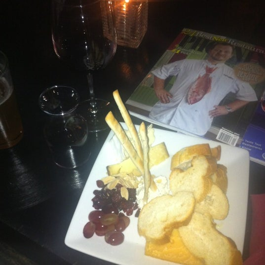 Photo prise au Cheuvront Restaurant & Wine Bar par Erin B. le11/17/2012
