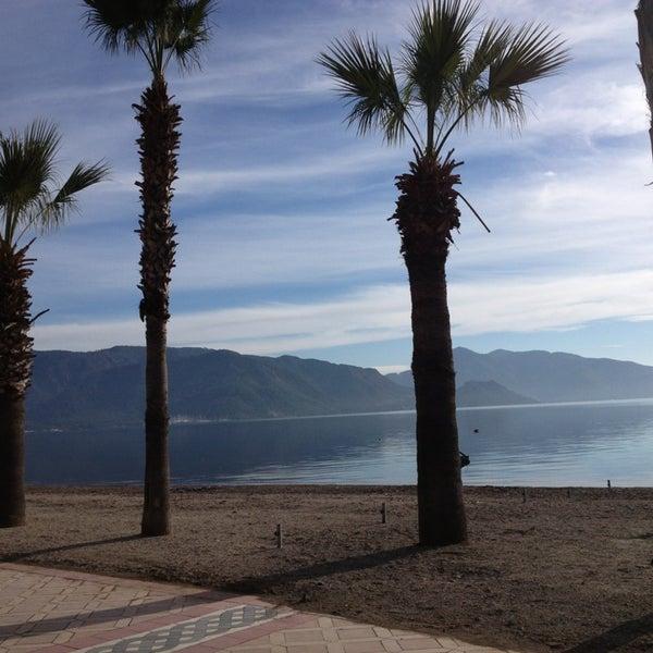 รูปภาพถ่ายที่ Vamos Beach โดย Begüm Karaaslan เมื่อ 1/6/2013