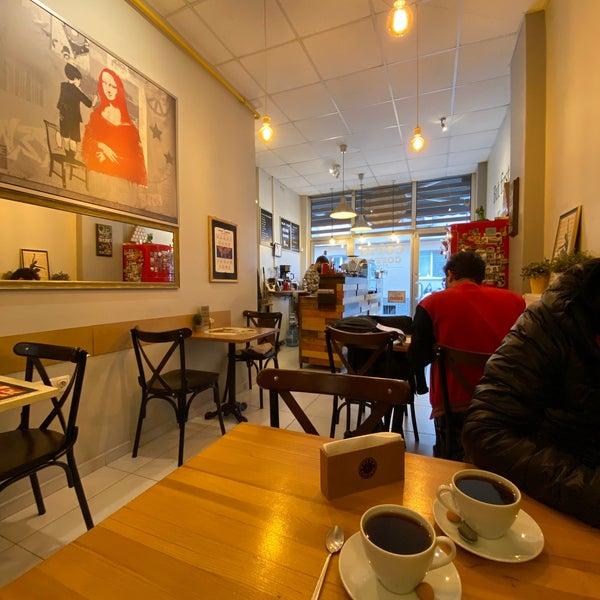 Çok başarılı 👏🏻👏🏻 demleme dünya kahvelerini güzel müzik eşliğinde içebileceğiniz. Ev yapımı ekmekli sandviçleri de var!