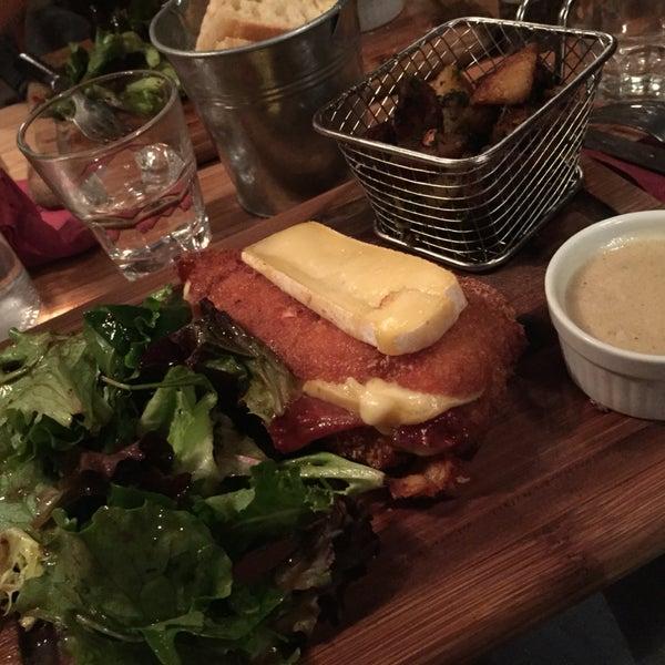 Très bonne ambiance, bonne déco. Repas consistant et très fameux pour des plats qui paraissant banale sur la carte ! Je recommande sur plusieurs points. Et des bonbons à l'addition :)