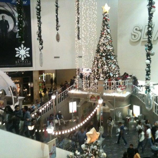 Снимок сделан в Plaza Universidad пользователем Dannie G. 12/22/2012