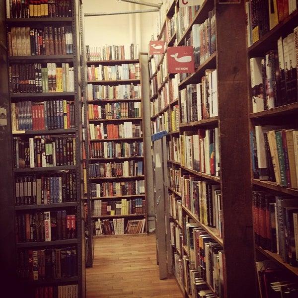 Foto scattata a Strand Bookstore da Jasmine il 1/12/2013