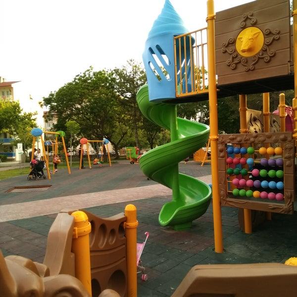 Sakin ve huzurlu bir park. Çocuklar için farklı oyun alanı