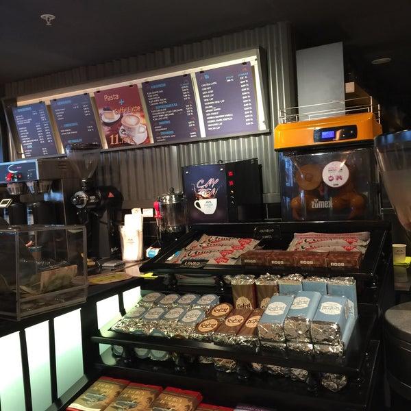Das Foto wurde bei Cascada Coffee von zeynep ç. am 2/3/2017 aufgenommen