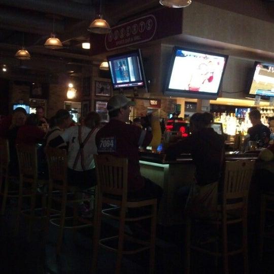 Foto tirada no(a) Huberts Sports Bar & Grill por Shawn B. em 9/22/2012