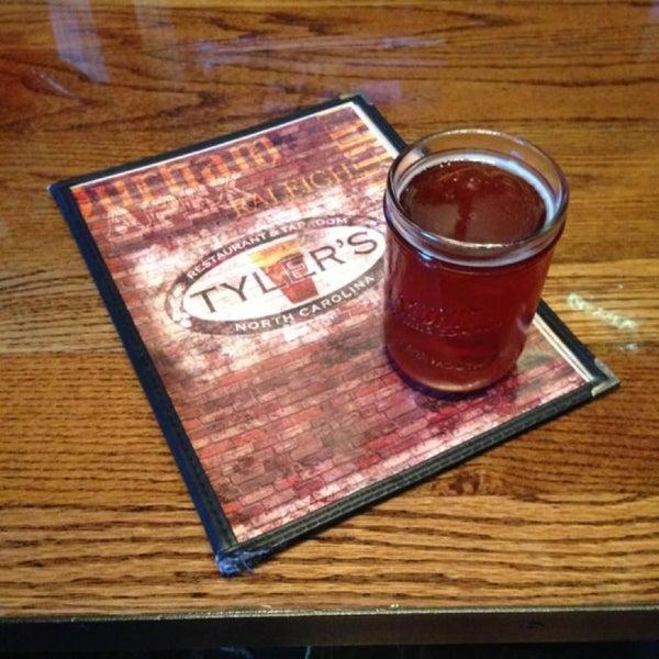 รูปภาพถ่ายที่ Tyler's Restaurant & Taproom โดย Matthew H. เมื่อ 4/25/2013
