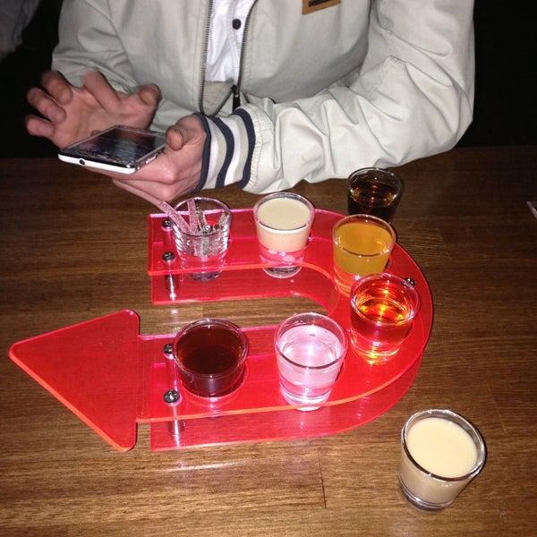 รูปภาพถ่ายที่ Up Shot Bar โดย Şaban Şeref T. เมื่อ 3/27/2013
