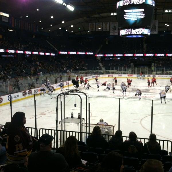 รูปภาพถ่ายที่ Allstate Arena โดย Patrick เมื่อ 1/12/2013