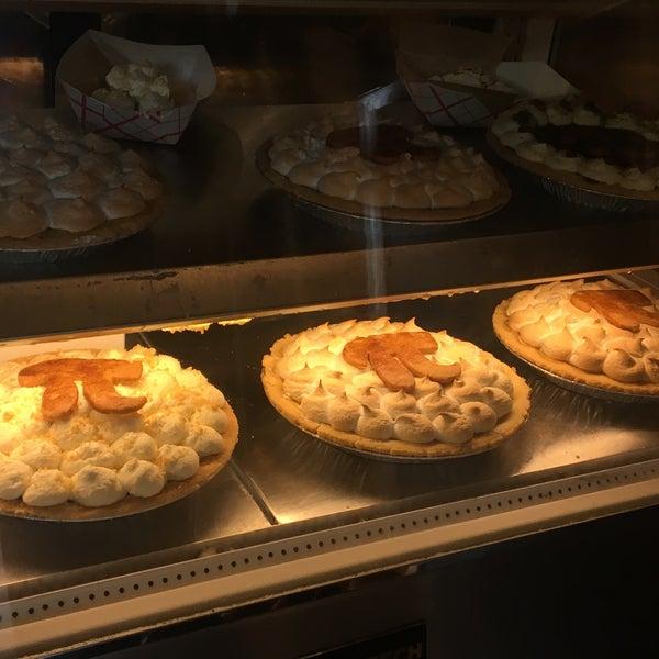 รูปภาพถ่ายที่ Petee's Pie Company โดย Elizabeth T. เมื่อ 3/13/2017