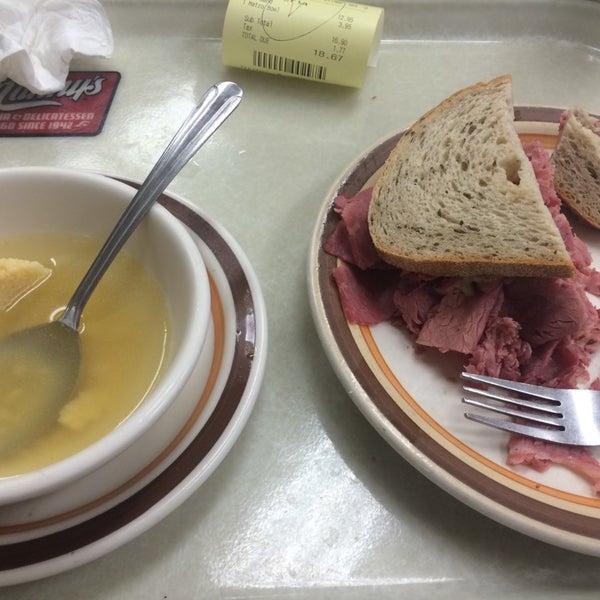 Foto diambil di Manny's Cafeteria & Delicatessen oleh Derrick M. pada 11/4/2014
