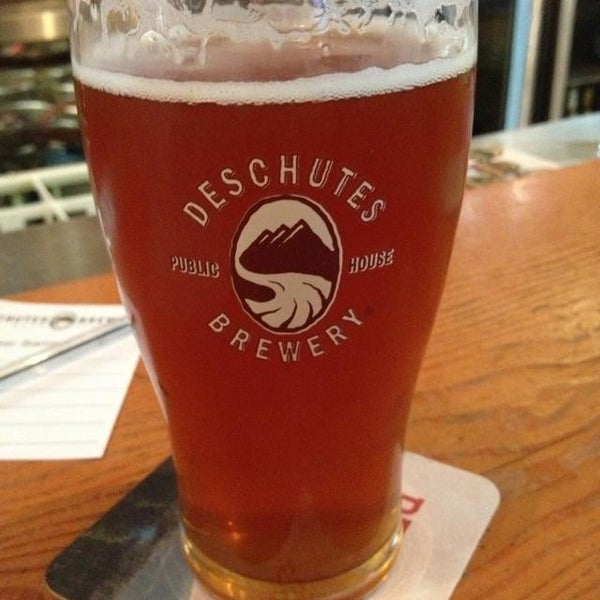 Foto tomada en Deschutes Brewery Portland Public House por Nikki el 8/19/2013
