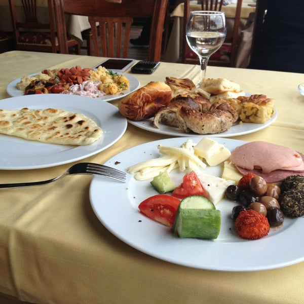 Foto scattata a Desde Cafe & Restaurant da Zeynep q. il 6/30/2013