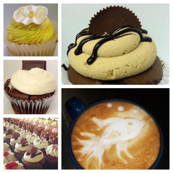 Foto tirada no(a) Cupprimo Cupcakery & Coffee Spot por amy b. em 7/13/2013