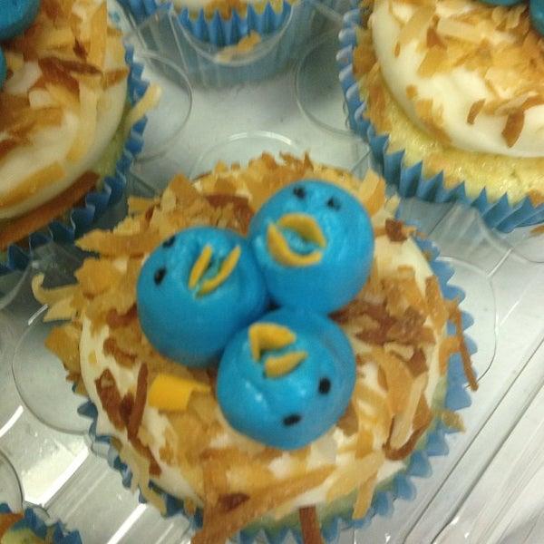 Foto tirada no(a) Cupprimo Cupcakery & Coffee Spot por amy b. em 6/22/2013