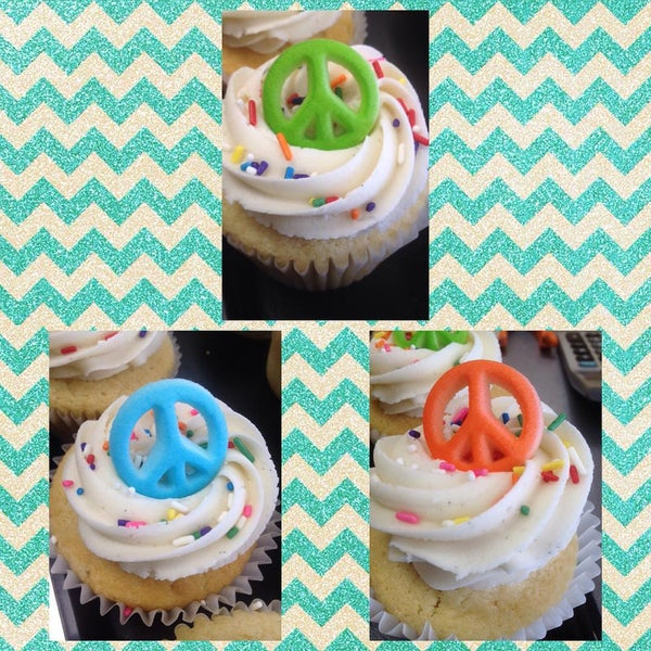 Foto tirada no(a) Cupprimo Cupcakery & Coffee Spot por amy b. em 8/22/2015