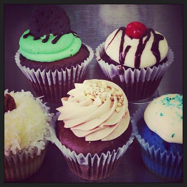 Foto tirada no(a) Cupprimo Cupcakery & Coffee Spot por amy b. em 3/19/2013