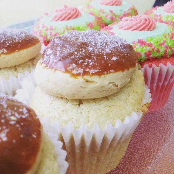 Foto tirada no(a) Cupprimo Cupcakery & Coffee Spot por amy b. em 8/13/2015