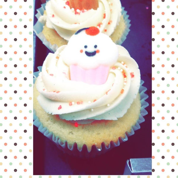 Foto tirada no(a) Cupprimo Cupcakery & Coffee Spot por amy b. em 8/15/2015