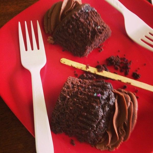 Foto tirada no(a) Cupprimo Cupcakery & Coffee Spot por amy b. em 6/26/2013
