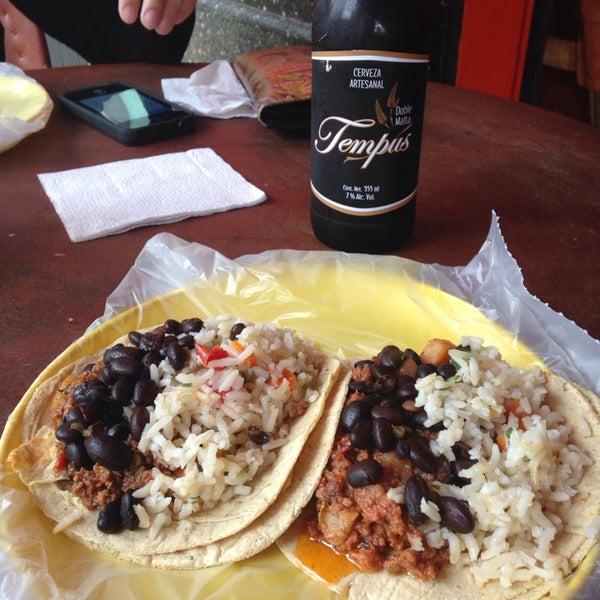 รูปภาพถ่ายที่ Tacos Gus โดย Jaime I. เมื่อ 9/25/2013