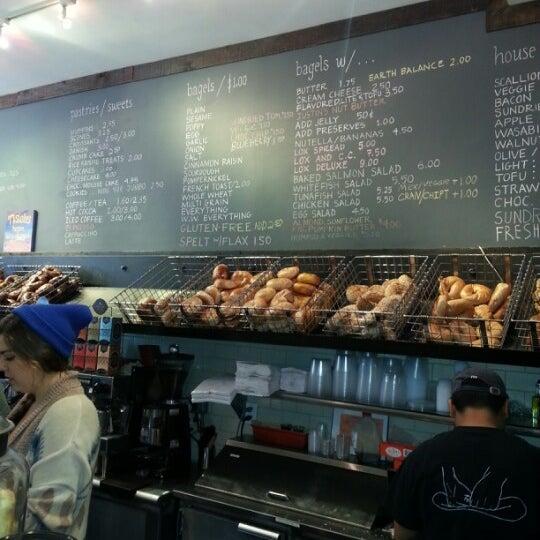 11/17/2012 tarihinde Nadia B.ziyaretçi tarafından Tompkins Square Bagels'de çekilen fotoğraf