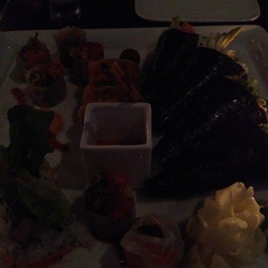 Photo prise au HaChi Restaurant & Lounge par Crystal le9/18/2012