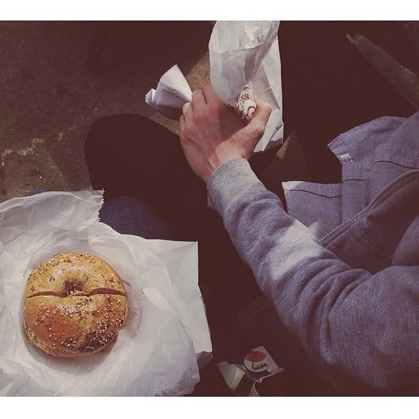 4/11/2014 tarihinde Bridget B.ziyaretçi tarafından Tompkins Square Bagels'de çekilen fotoğraf