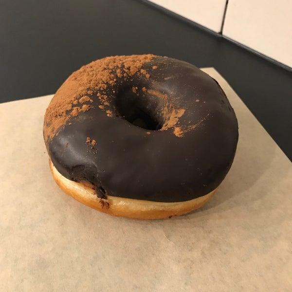 Das Foto wurde bei Crosstown Doughnuts & Coffee von Grant D. am 3/31/2018 aufgenommen