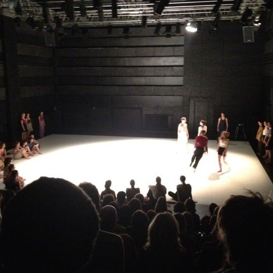 12/18/2012 tarihinde Fatihziyaretçi tarafından Trafó - House of Contemporary Arts'de çekilen fotoğraf