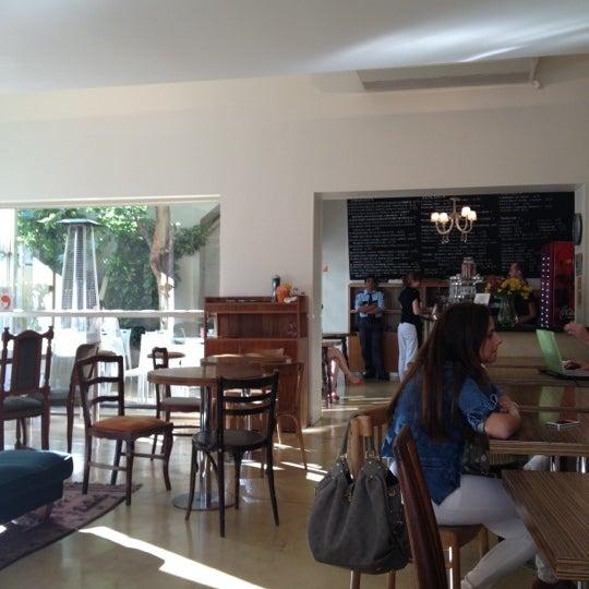 Снимок сделан в Mark's Deli & Coffee House пользователем Dayan V. 11/15/2012