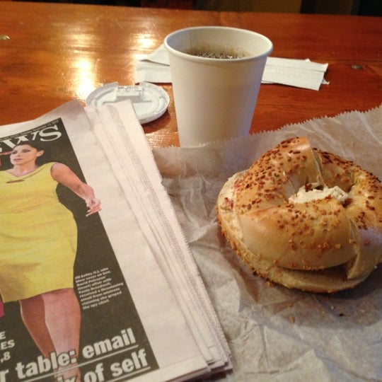 11/13/2012 tarihinde Zekeziyaretçi tarafından Tompkins Square Bagels'de çekilen fotoğraf