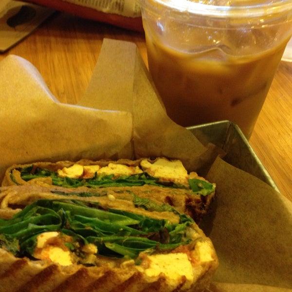 Foto tirada no(a) specialTEA Lounge & Cafe por Belinda G. em 4/3/2015