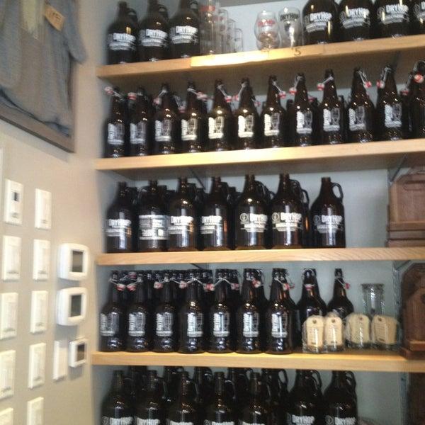 8/22/2013에 sara c.님이 DryHop Brewers에서 찍은 사진