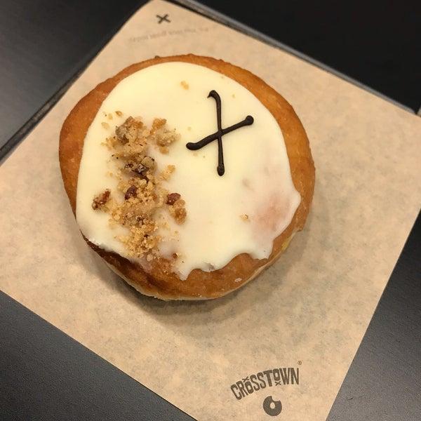 Foto diambil di Crosstown Doughnuts & Coffee oleh Amber pada 6/28/2019