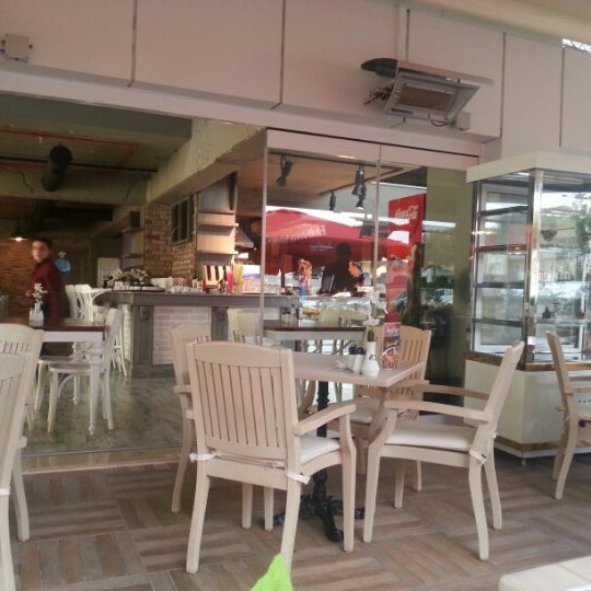 Foto tomada en Del Moon Coffee & Food & Hookah por Adem B. el 10/31/2012