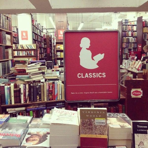 Foto scattata a Strand Bookstore da Joey P. il 10/18/2012
