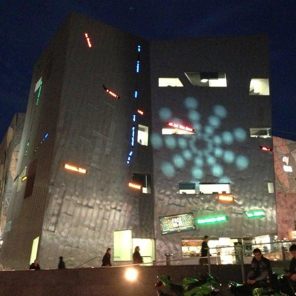 รูปภาพถ่ายที่ Federation Square โดย Kris A. เมื่อ 5/22/2013