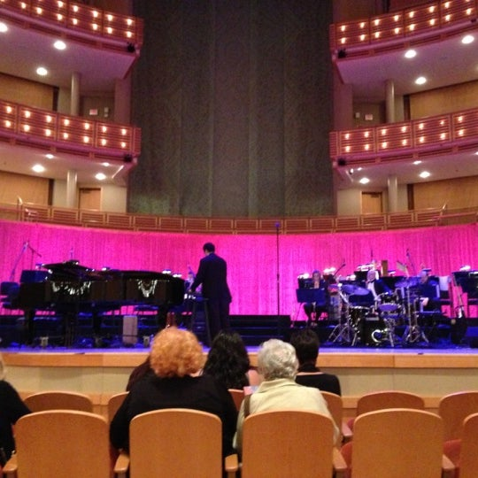 Foto diambil di Adrienne Arsht Center for the Performing Arts oleh Bill J. pada 12/1/2012