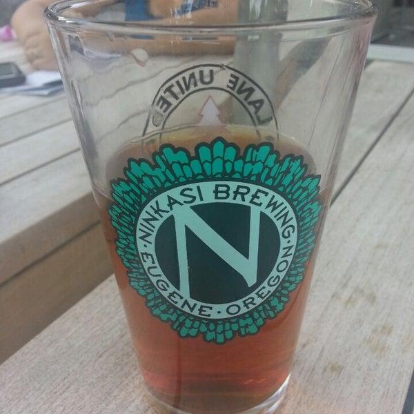 รูปภาพถ่ายที่ Ninkasi Brewing Tasting Room โดย Jay R. เมื่อ 6/16/2013