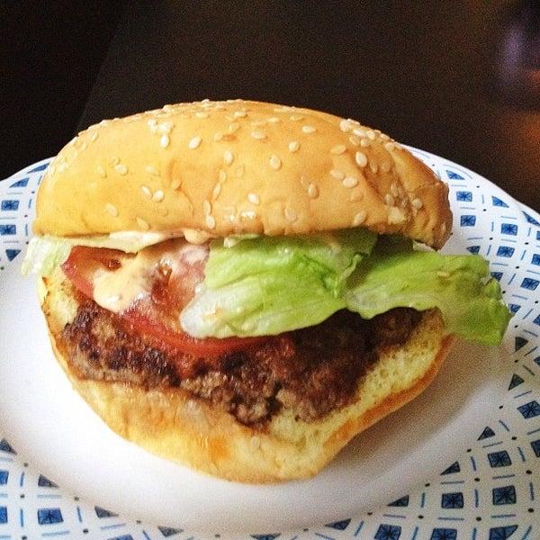 6/1/2013 tarihinde Darryl H.ziyaretçi tarafından Burger Shoppe'de çekilen fotoğraf