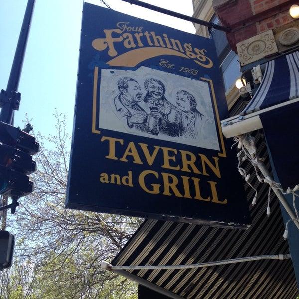 Foto tirada no(a) Four Farthings Tavern & Grill por Natalie W. em 5/10/2014