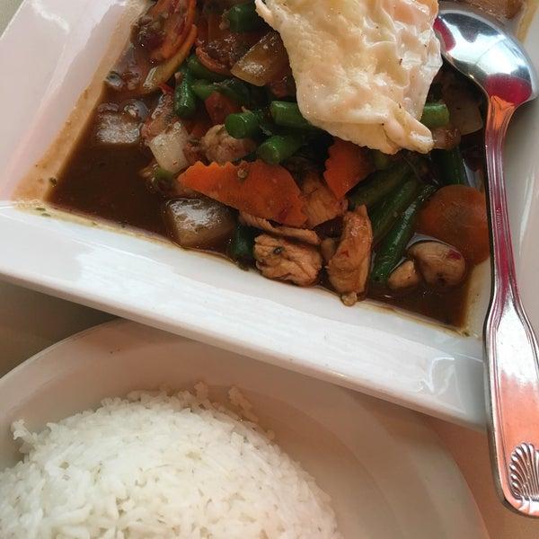 รูปภาพถ่ายที่ Sunisa's Thai Restaurant โดย P D. เมื่อ 9/3/2017