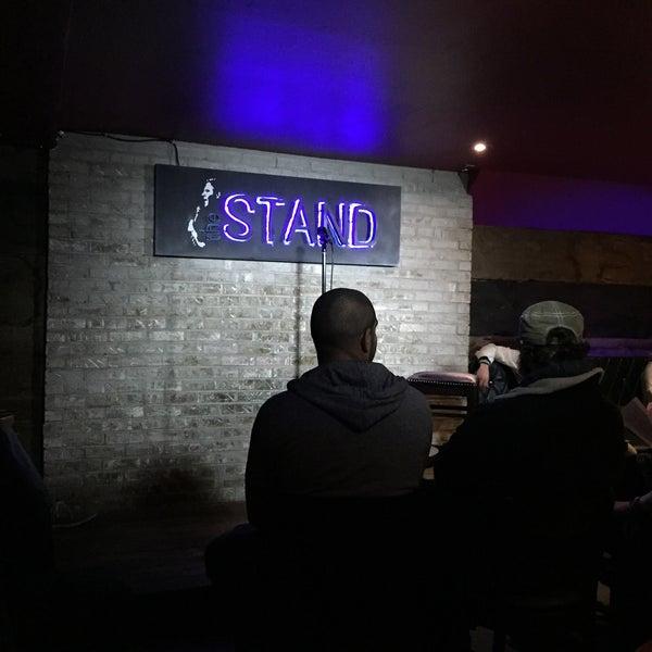 รูปภาพถ่ายที่ The Stand Restaurant & Comedy Club โดย Craig W. เมื่อ 3/31/2015